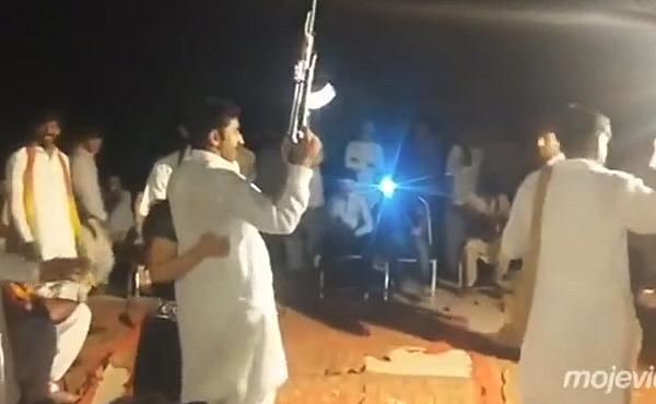 Se pone a disparar su AK47 en una boda y se carga a la mitad. 10