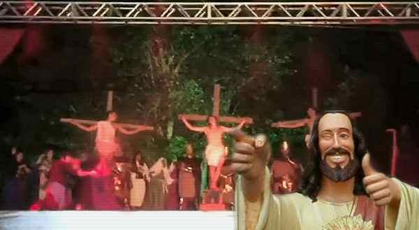 loco ataca en plena actuación de semana santa