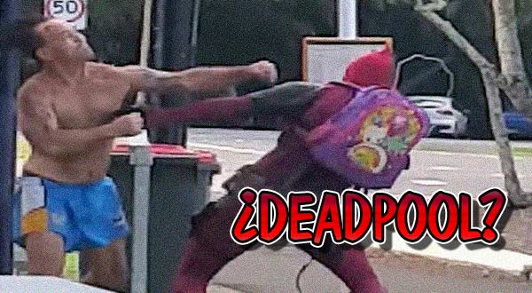 video de un tipo disfrazado de deadpool peleando