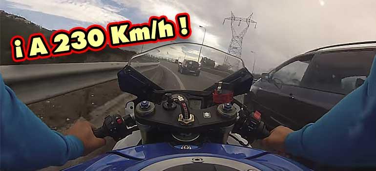 a toda velocidad con la moto