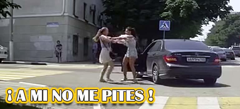 vídeo de una pelea de tráfico entres dos mujeres