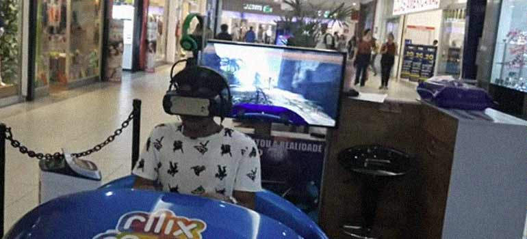 chillando mientras usa unas gafas de realidad virtual