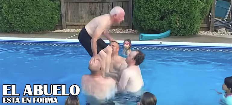vídeo de un abuelo haciendo un salto en la piscina.