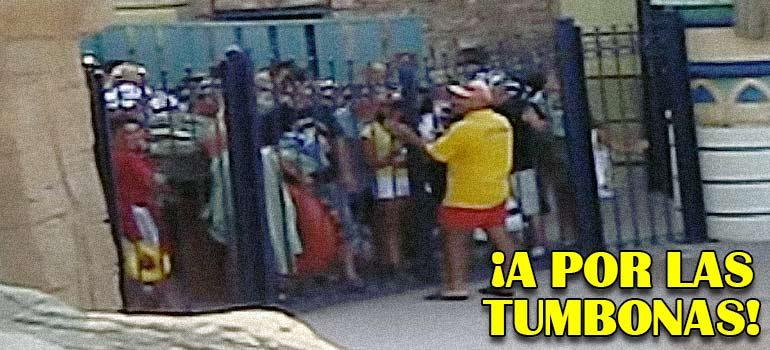 clientes del hotel corren para pillar una tumbona en la piscina