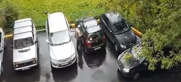 Divertido vídeo de un abuelo sacando el coche del aparcamiento