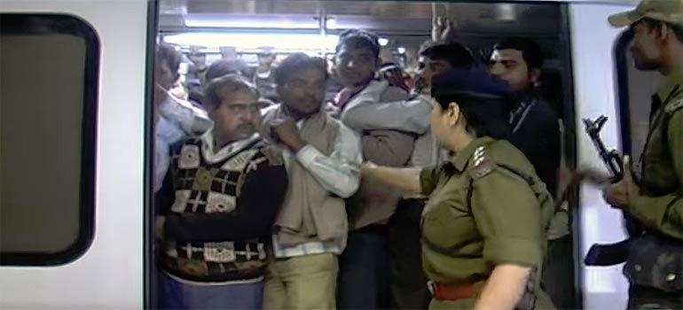 hombres usando el vagón de metro exclusivo para mujeres