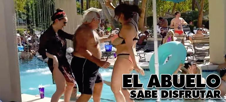 Abuelos de fiesta en la piscina