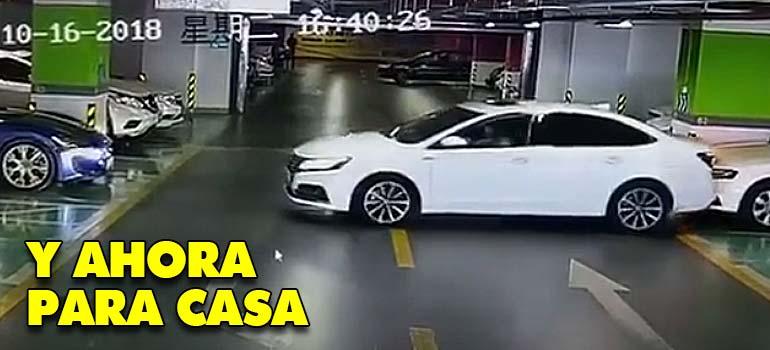 Mujer China hace salida triunfal de un parking chocando contra un Maserati un Audi y un BMW. 1