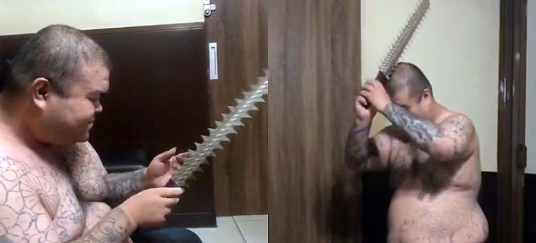 Se clava una espada dentada en la cabeza. 1
