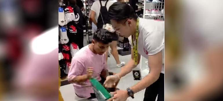 Robando unas zapatillas en una tienda de Malasia. 3