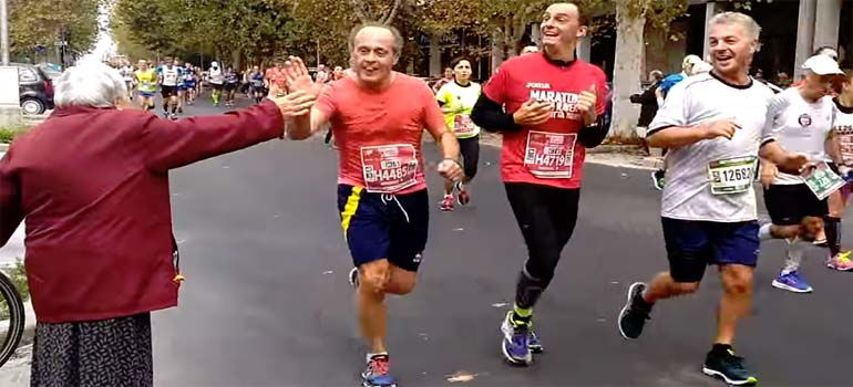La abuela animando a los corredores del maratón. 3