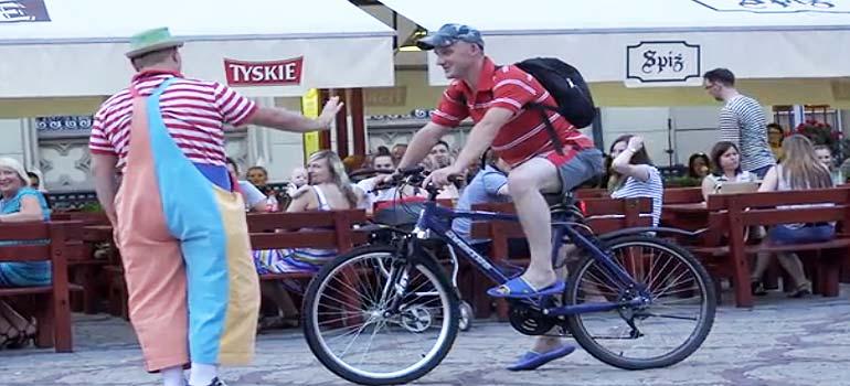 Pepe el payaso detiene a un ciclista que circula imprudentemente. 7