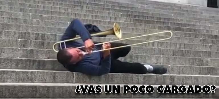 Este trompetista va con una trompa de cuidado. 3