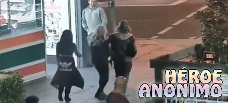 Un héroe anónimo sale en defensa de un grupo de chicas. 1