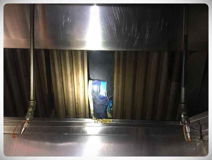 El cocinero de un restaurante escucha ruidos extraños en la campana extractora y esto es lo que descubren... 5