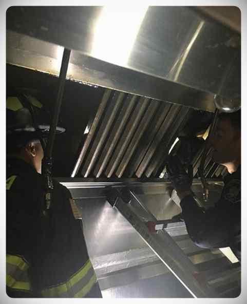 El cocinero de un restaurante escucha ruidos extraños en la campana extractora y esto es lo que descubren... 6