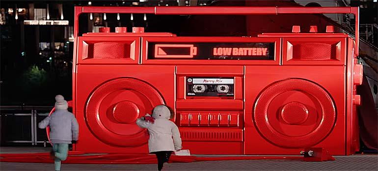 Un radiocasete gigante guarda una sorpresa navideña. 18