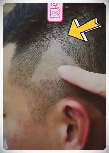 Peluquero Chino deja a un cliente un triangulo del Play en la cabeza después de que le mostrara el peinado que quería en un vídeo pausado. 6