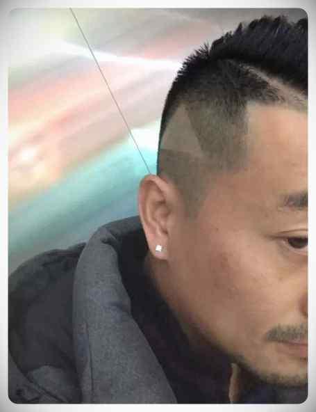 Peluquero Chino deja a un cliente un triangulo del Play en la cabeza después de que le mostrara el peinado que quería en un vídeo pausado. 5