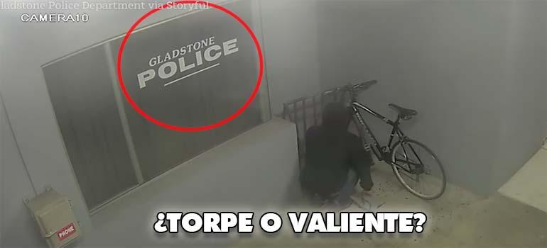 Ladrón intenta robar una bicicleta en la puerta de una comisaria de policía. 4