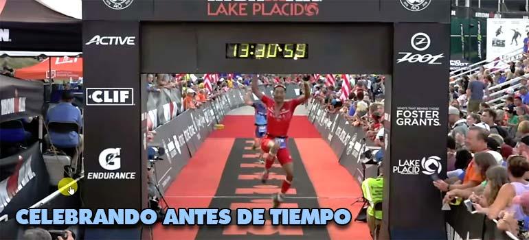 Este corredor celebra su llegada a meta y mira lo que ocurre. 11