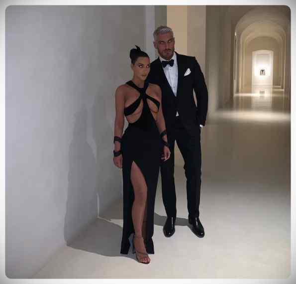 Kim Kardashian vuelve a sorprender a todos con su vestido. 5