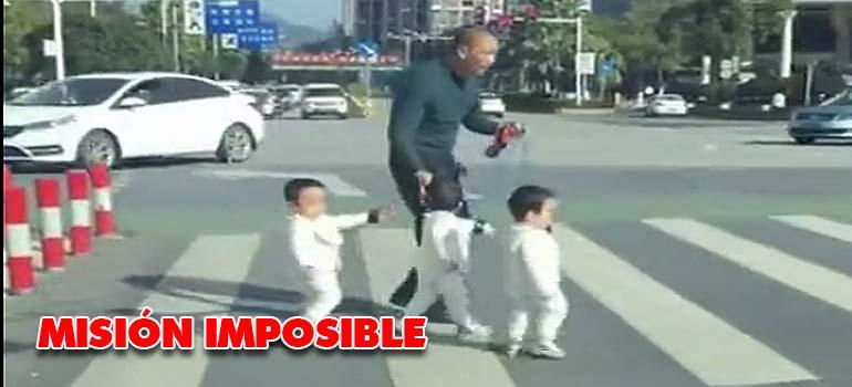 Intentar cruzar la carretera con tres niños. 2