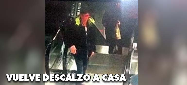 Este chico pierde las zapatillas en una escalera mecánica. 7
