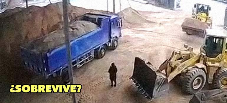 Espectacular accidente donde una excavadora se lleva a un hombre con la pala. 25