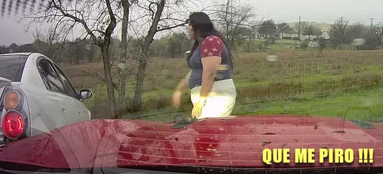 Esta mujer araña el coche de otro conductor y se da a la fuga. 3