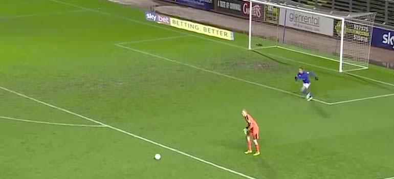 un gol traicionero - El Gol más cómico y traicionero que vas a ver.