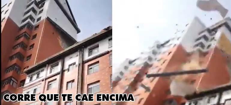 Parte de un edificio sale volando. 2