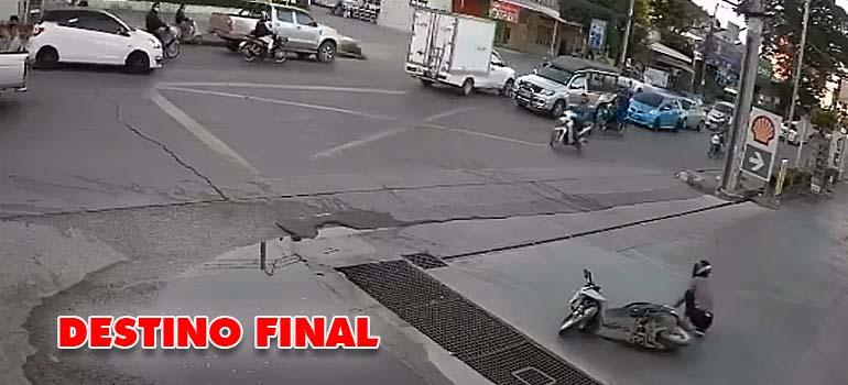 Un motorista que tiene dos accidentes en un minuto. 1