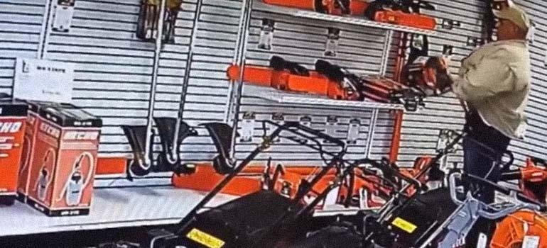 robando una motosierra - Este abuelo roba una motosierra con un par.