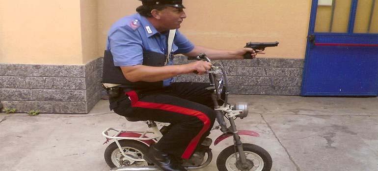 Usando un cepillo de dientes para hacerse pasar por la policía. 5