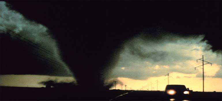 Vídeo del tornado que hace volar los castillos hinchables en China. 3