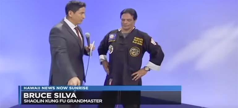 El presentador descubre sin querer el fraude de un maestro de artes marciales. 28