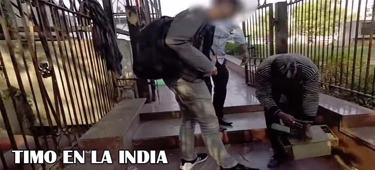 El timo de la cagada de mono que te hacen en la India. 11