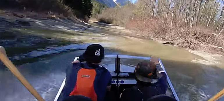 Trepidante carrera en lancha por un río. 4