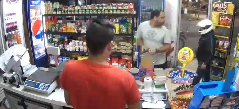 Entra a robar a una tienda y termina disparándose en un pie. 4