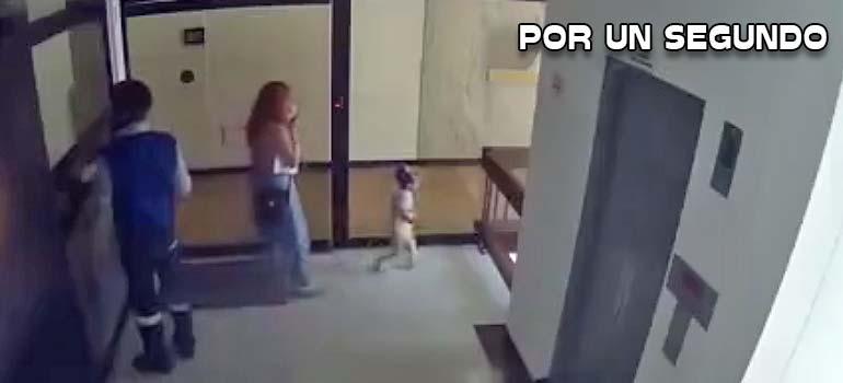 Madre salva a su hijo de caer al vacío. 10