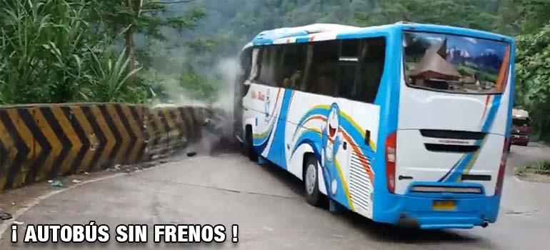 Autobús se queda sin frenos y un pasajero salta en marcha. 1