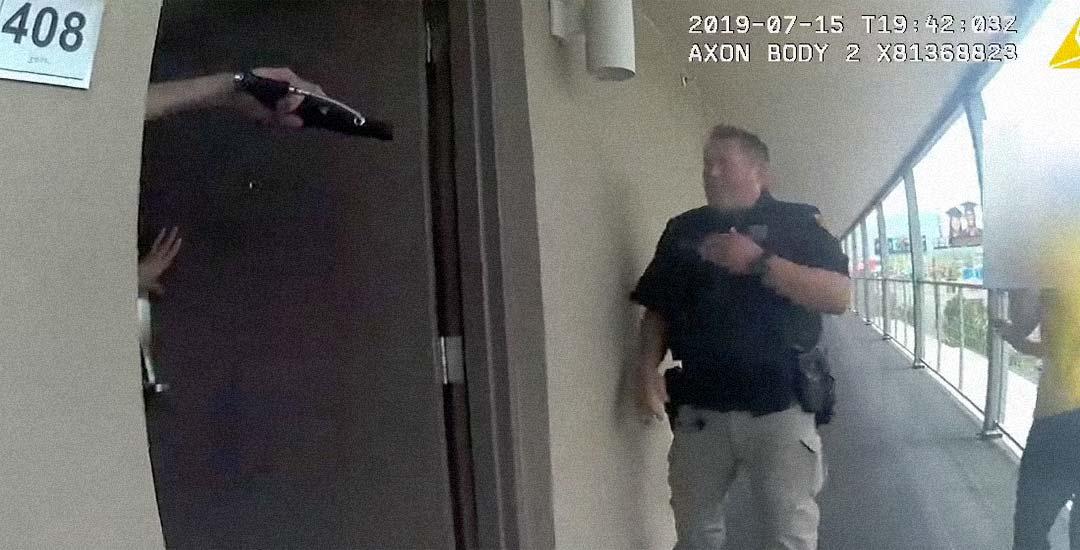 Recibe a la policía con una pistola de paintball y muere tiroteado. 9