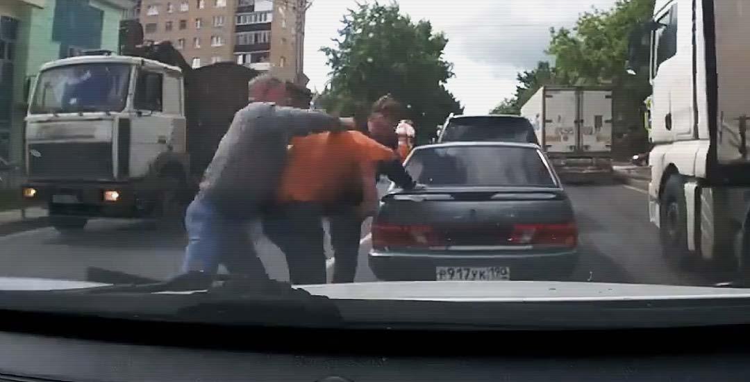 Dos hombres atacan a otro conductor brutalmente. 1