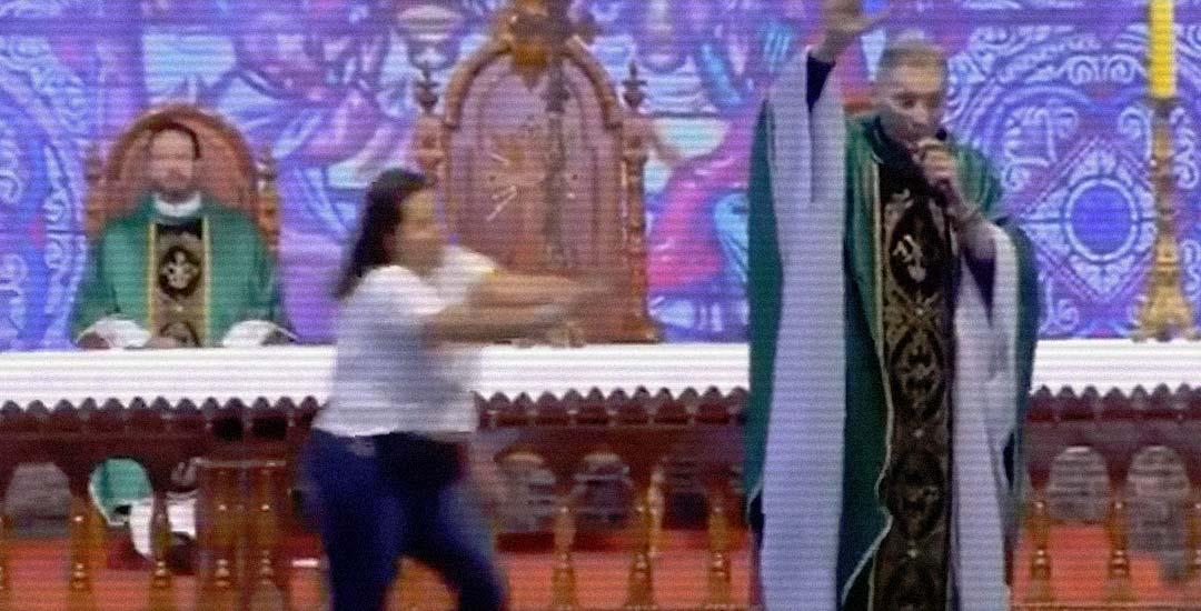 Una mujer empuja al sacerdote en plena misa. 7