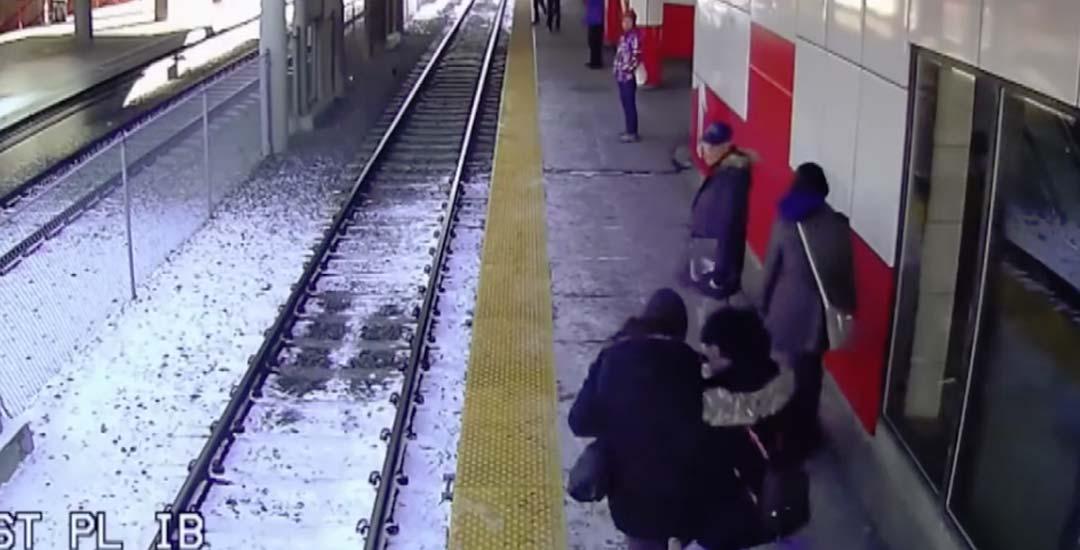 Empuja a una abuela a las vías del tren. 5