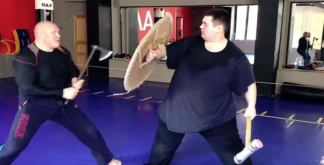 El entrenador pega un hachazo al alumno en una sesión de entrenamiento. 5