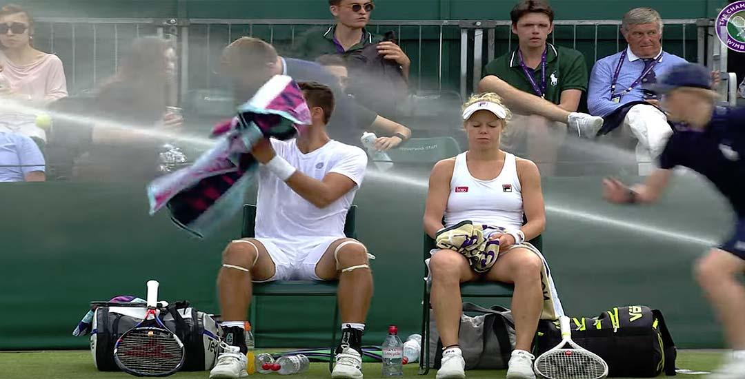 Se activan los aspersores durante un partido de tenis. 8