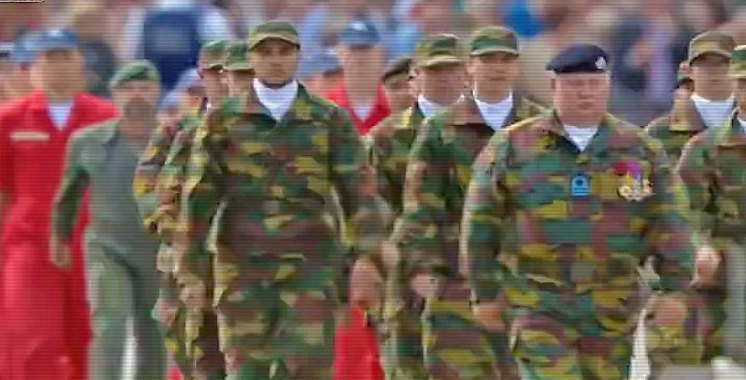 Militares Belgas desfilando se convierten en un viral. 2
