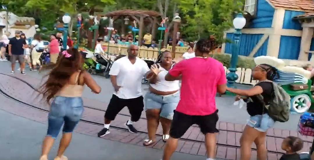 Pelea entre dos familias en Disneyland. 8